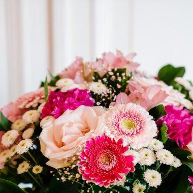 detail boeket met roze bloemen