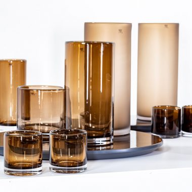 cilinder vormige vaas van bruin glas van het merk maison pederrey